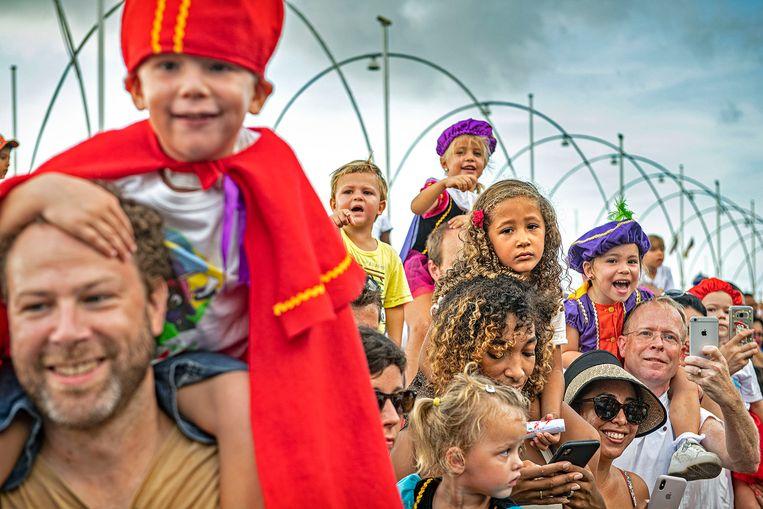 Kinderen vol verwachting in Willemstad. Beeld Guus Dubbelman / de Volkskrant