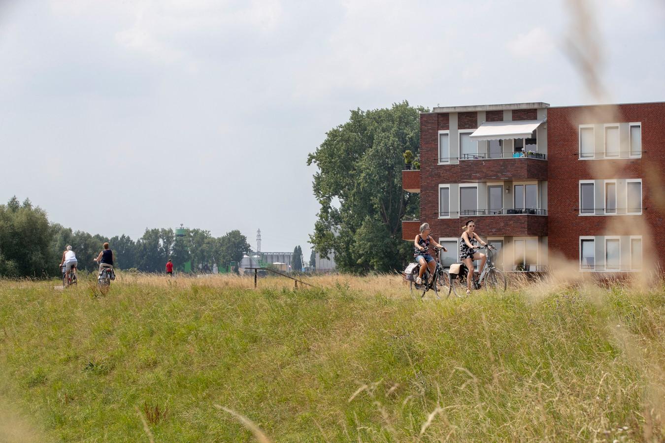 Bij een forse verhoging Grebbedijk zullen sommige bewoners van appartementen Bastion hun uitzicht deels verliezen