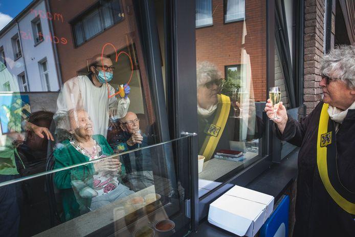 André Vanderhaegen, 95 ans, et son épouse Gabriëlle Bolangier, 92 ans, ont fêté leurs septante ans de mariage, après avoir guéri du coronavirus.