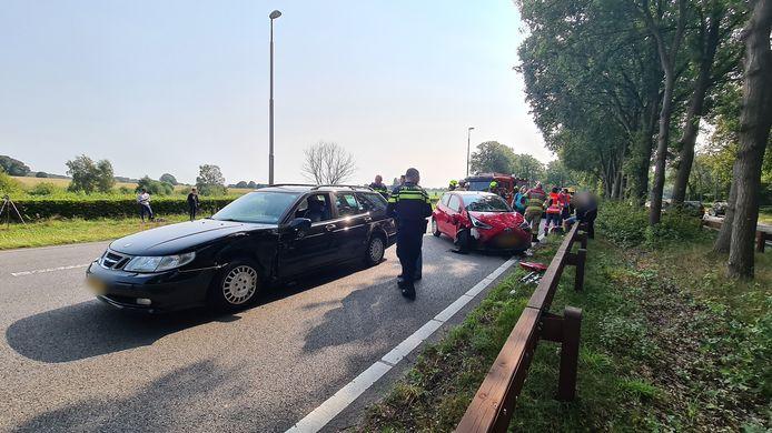 De rode auto kwam door onbekende oorzaak op de kant terecht in de file voor een ander ongeval op de Apeldoornseweg in Arnhem. De wagen kon snel weer op de banden worden gezet.