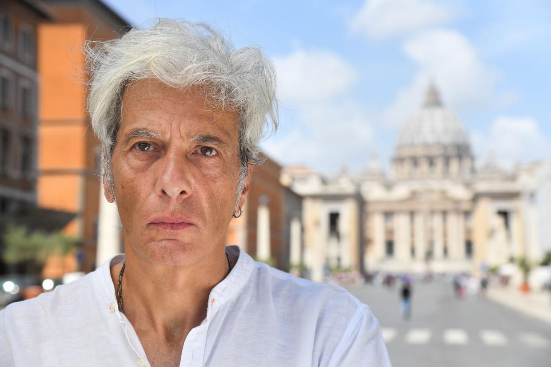 Pietro Orlandi, de broer van de verdwenen Emanuela Orlandi, bij het Vaticaan. Hij maakte een levenswerk van de zoektocht naar zijn zus.  Beeld AFP