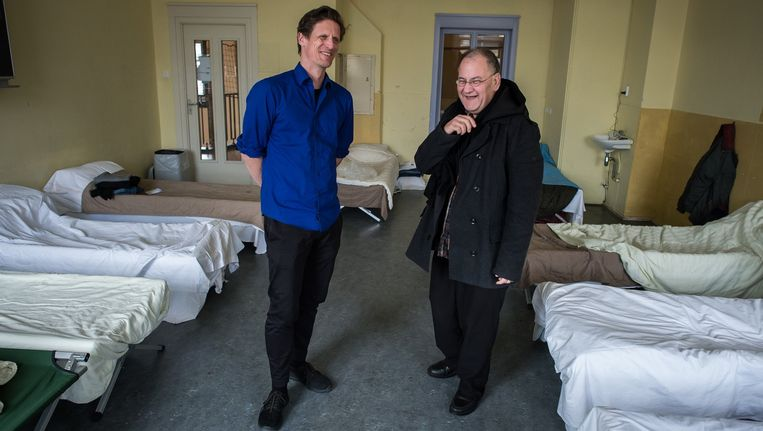 Begeleider Mike van HVO-Querido en dakloze Ramon in de slaapzaal. Beeld Mats van Soolingen