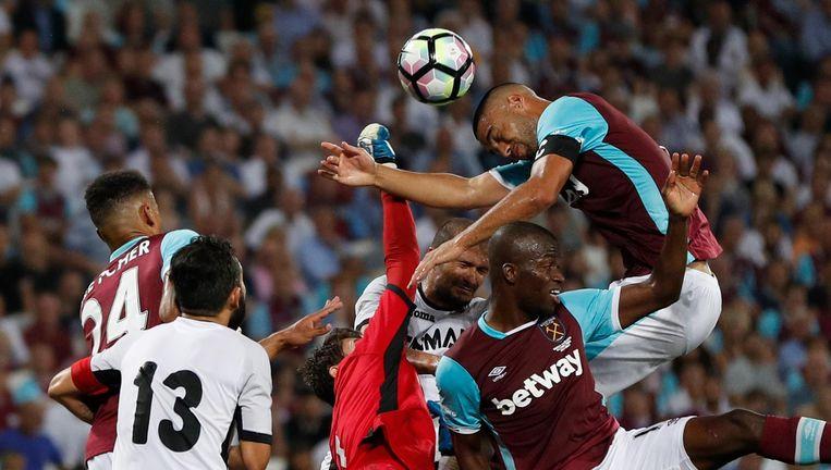 De keeper van Astra Giugiu, Siliu Lung grijpt naar de bal nadat West Ham United de bal kopt. Beeld reuters