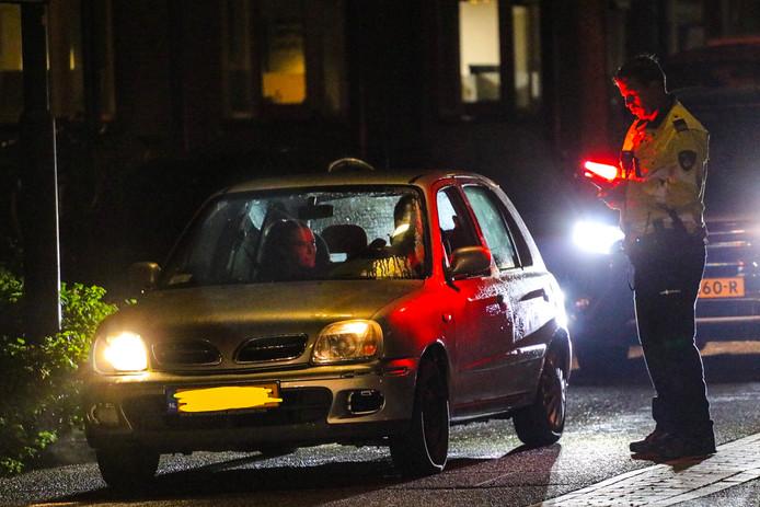 Een politieagent controleert de papieren van automobilisten in Apeldoorn