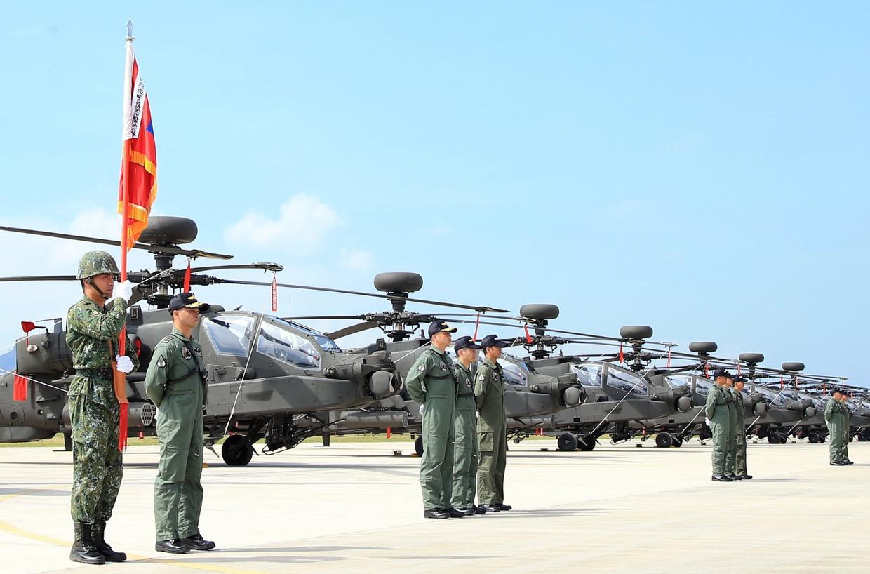 Apache-AH-64E-aanvalshelikopters van Amerikaanse makelij op een militaire basis in het noorden van Taiwan, in juni 2017. Taiwan wil Amerikaanse wapens en materieel aanschaffen om zich te kunnen verdedigen tegen een aanval door China.