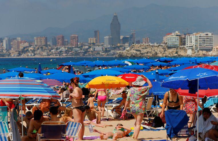 Toeristen in het Spaanse Alicante. Afzettingen die het afstand houden moesten vergemakkelijken zijn op stranden in de regio op 27 juni weer weggehaald.  Beeld EPA