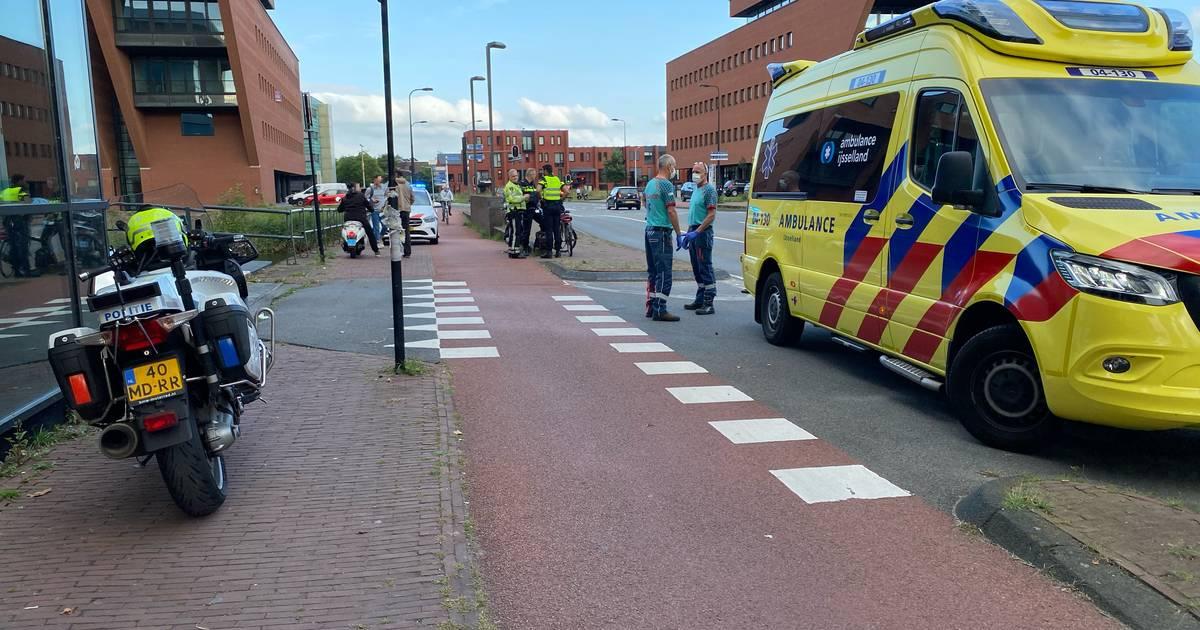 Fietser raakt gewond bij botsing met snorfiets in Deventer.