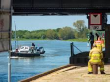 Jongens in zeilbootje komen in problemen onder oude IJsselbrug in Zutphen: andere zeilers schieten te hulp