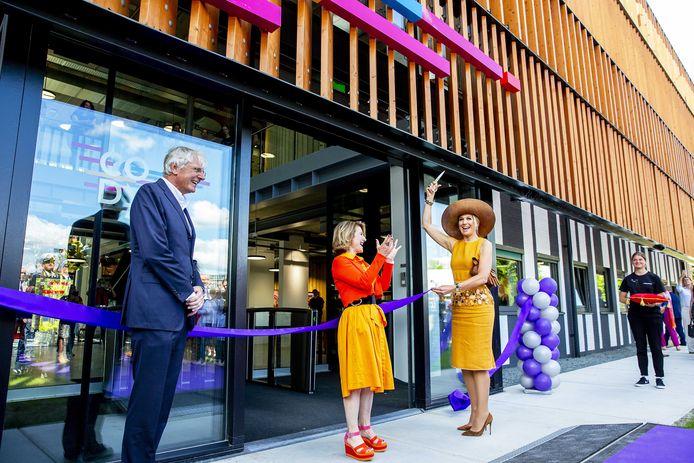 Koningin Maxima, lid van het Nederlands Comite voor Ondernemerschap, tijdens de opening van Coding College Codam. Ze heeft hier net het paarse lint doorgeknipt.