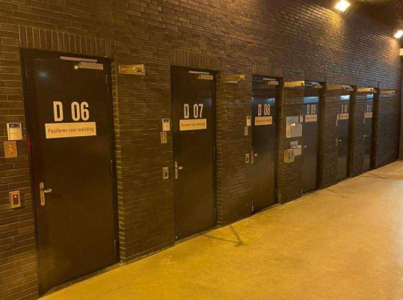 De politie deelde een foto van het arrestantencomplex in Borne, waar drie verdachten de nacht moesten doorbrengen