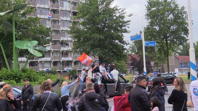 Zo'n 200 Oranjefans vieren feest op de rotonde Broekheurne-Ring - Knalhutteweg.