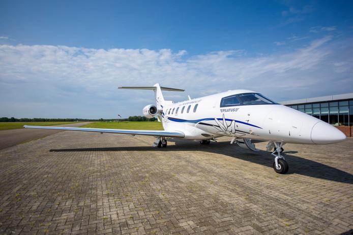 BUDEL - Bij Kempen Airport landt een nieuw privéjet van de Zwitserse vliegtuigbouwer Pilatus voor het eerst op Nederlandse baan.