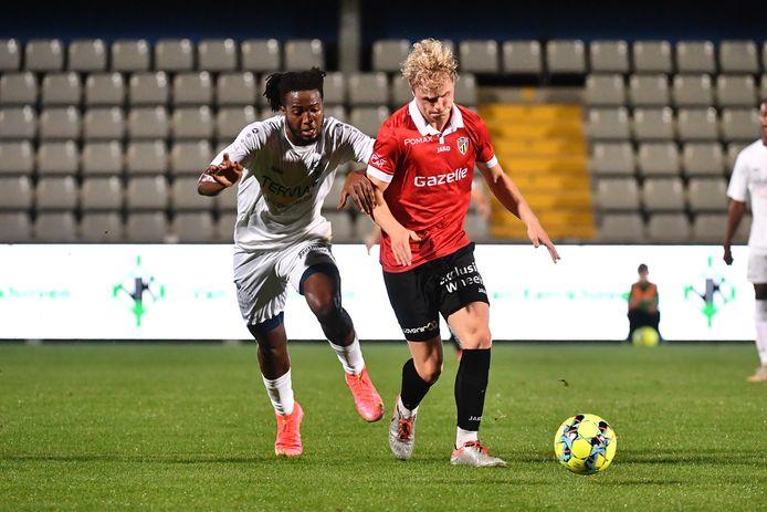 Sekou Camara wordt in de wind gezet door Quinten Van Goylen.