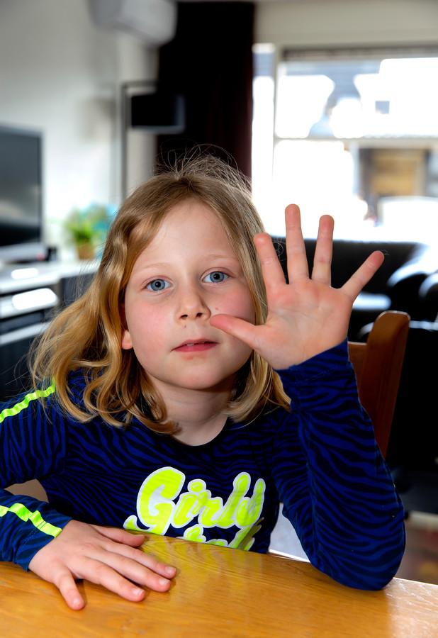 Ilze nu, inmiddels 7 jaar oud: het ontbrekende stukje van haar vinger herinnert haar nog elke dag aan het ongeval.