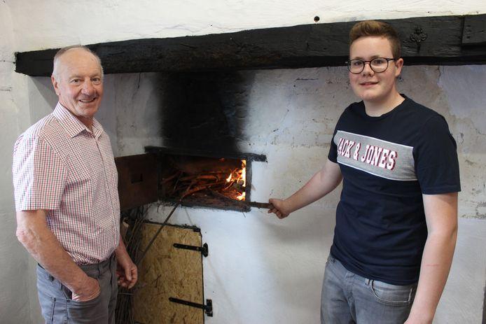 Marcel Mattheeuws en kleinzoon Victor bij de bakoven in het 'braskot'.