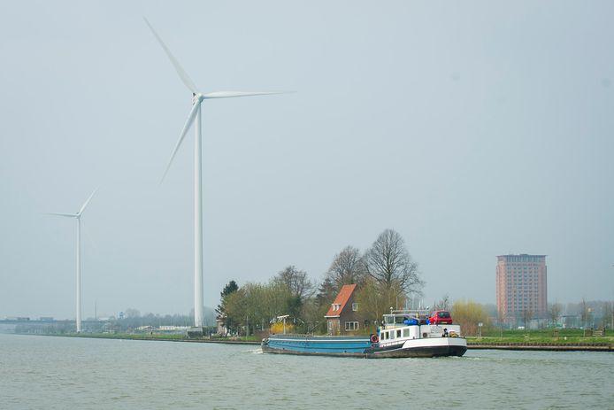 Windmolens aan het kanaal in Houten. De gemeente wil burgers tegen overlast beschermen, maar kan niet voorkomen dat Eneco de molens straks vaker laat draaien.