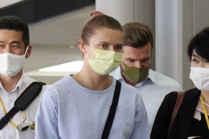 L'athlète biélorusse Krystsina Tsimanouskaya marche sur le chemin de l'embarquement dans un avion à l'aéroport Narita près de Tokyo, au Japon, le 4 août 2021.
