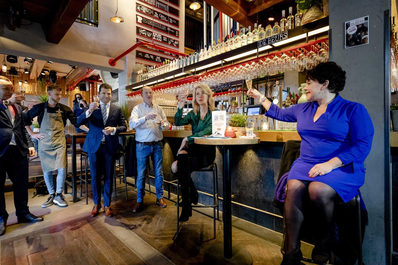 Demissionair staatssecretaris Mona Keijzer en burgemeester Sharon Dijksma tijdens de aftrap van een proef met cafebezoek. Vijf Utrechtse cafes laten enkele dagen gasten toe, op vertoon van een negatief coronatestbewijs. Onderzocht wordt hoe de kroegen weer op een veilige manier open kunnen.