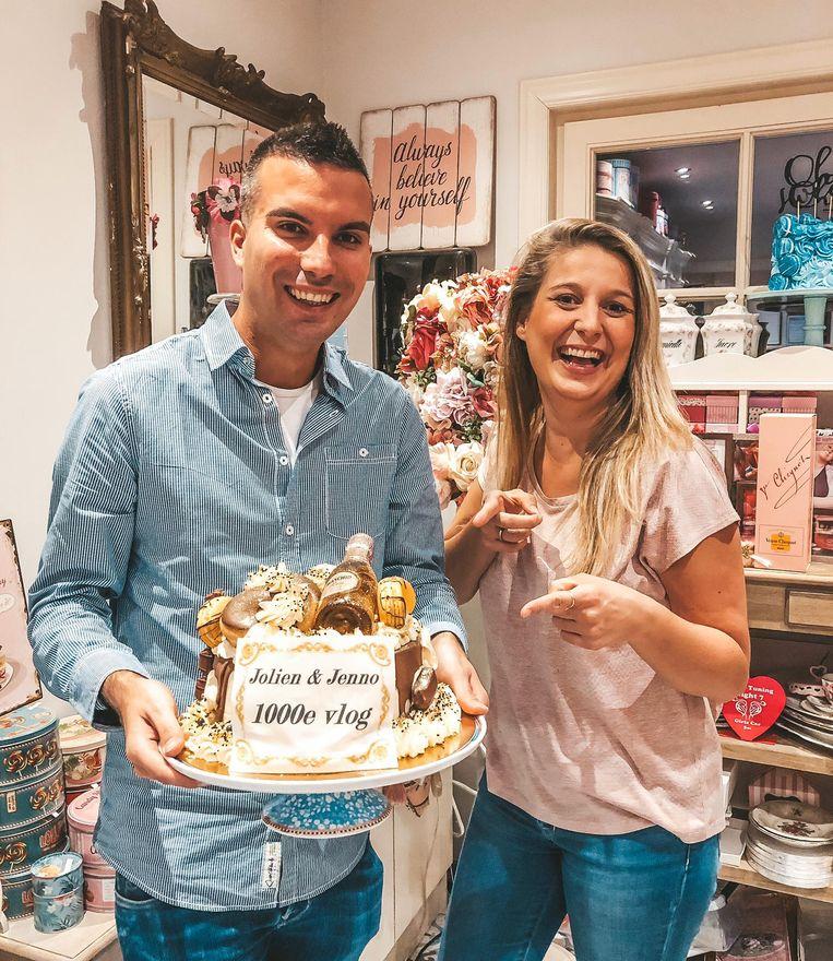 Jolien en Jenno met hun taart voor de duizendste vlog.