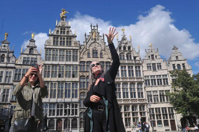 Stadsgids Carolien Krijnen organiseert nu 'versoepelingstours', waarbij ze samen met negen anderen door Antwerpen trekt.