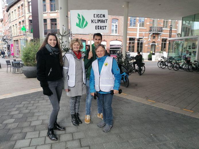 Ook jongeren hebben interesse om samen met de klimaatgrootouders te betogen.