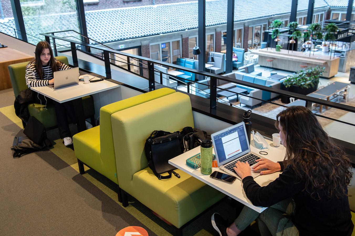 Studenten kunnen bij BUas op voldoende afstand studeren in de centrale ruimte.