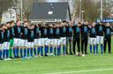 De selectie van RKHVV met een eerbetoon aan hun overleden ploeggenoot Paco Geutjes voor het duel met De Zweef.