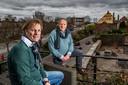 Anton Slager (l) en Marcel Wendrich ergeren zich aan het lawaai van motorrijders in Deventer. ,,We zijn niet zozeer tegen alle motorrijders. Maar wel tegen de 20 procent die alle regels bewust aan de laars lapt.''