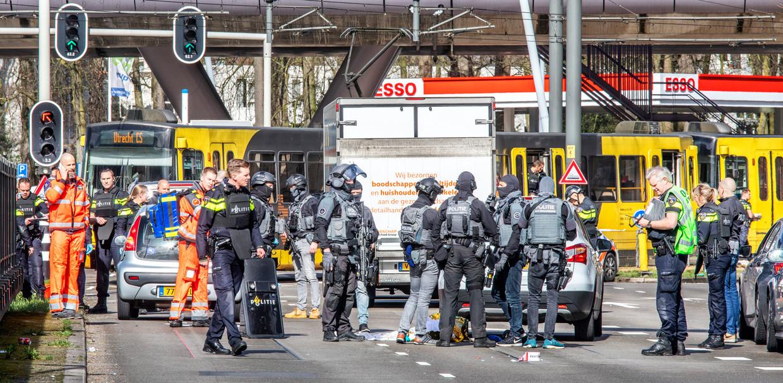 Zwaarbewapende politieteams op het 24 Oktoberplein in Utrecht waar maandagmorgen de schietpartij plaatsvond. Beeld Raymond Rutting / de Volkskrant