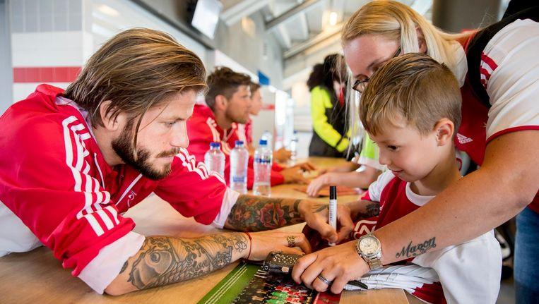 Lasse Schone signeert het shirt van een fan tijdens de open dag. Beeld ANP