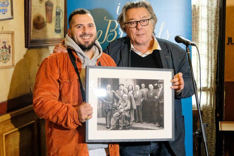 Brusseleir van't joêr: Zwangere Guy kreeg de prijs uit de handen van Johan Verminnen.