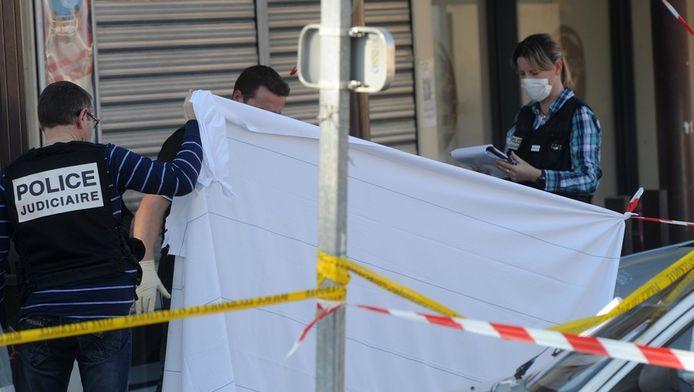 Politieonderzoekers aan het werk op de plek waar drie Franse militairen werden doogeschoten.