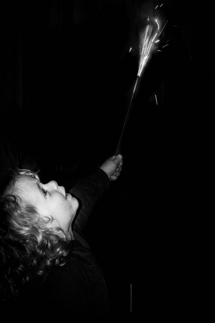 Melle (3), doodgewoon gelukkig met kindervuurwerk.