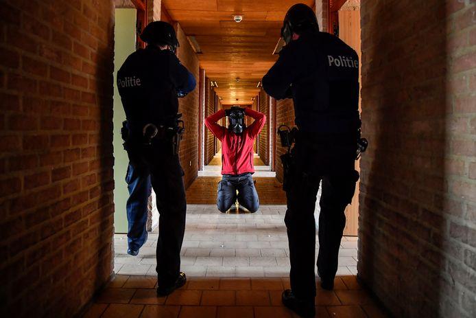 Agenten van de interventiediensten oefenen in de Abdijschool op het onderscheppen van een inbreker.
