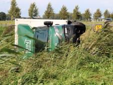 Vrachtwagen vliegt de sloot in bij eenzijdig ongeval nabij Lelystad Airport
