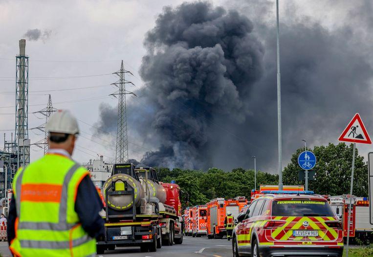 Hulpdiensten onderweg naar Chempark in Leverkusen, waar na eeen explosie een brand woedt. Beeld Oliver Berg/AP