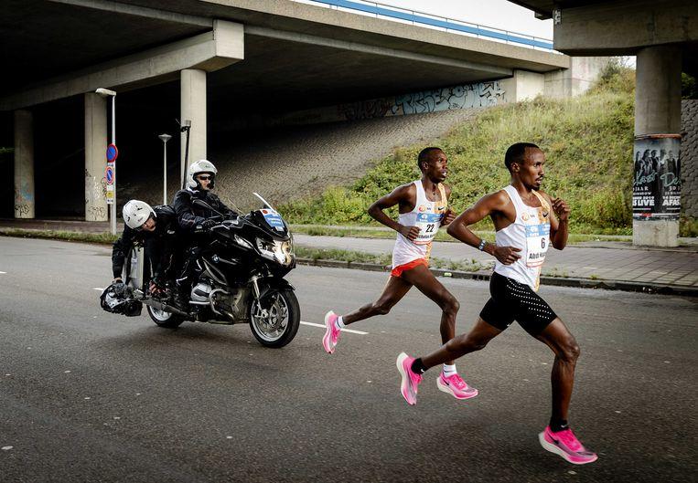 Abdi Nageeye (rechts) tijdens de TCS Amsterdam Marathon. Beeld ANP