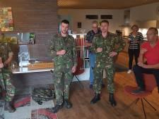 'Tuinhuis'  van Vicki Brownhuis in Den Bosch met militaire tradities geopend: 'Zo dat is een pittige in de ochtend'