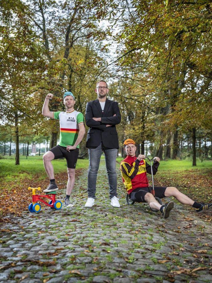 Jelle Cleymans en Christophe Vandegoor nemen Joost Van Hyfte mee op sleeptouw tijdens 'Knechten van de koers'.