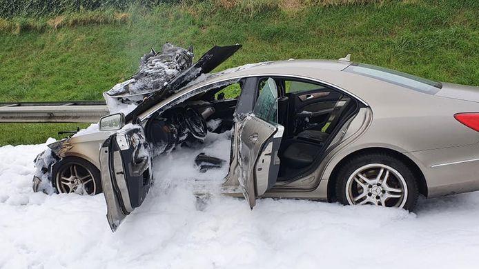 Na een flinke brand bleef niet veel van de auto over.