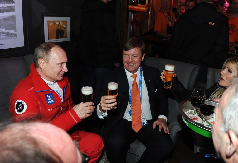President Vladimir Poetin, koning Willem-Alexander en koningin Máxima drinken heffen het glas in het Holland House in Sotsji, februari 2014. Beeld epa