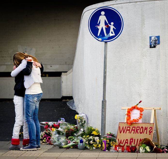 Twee meisjes zoeken steun bij elkaar voor het winkelcentrum De Ridderhof in Alphen aan den Rijn op 10 april 2011