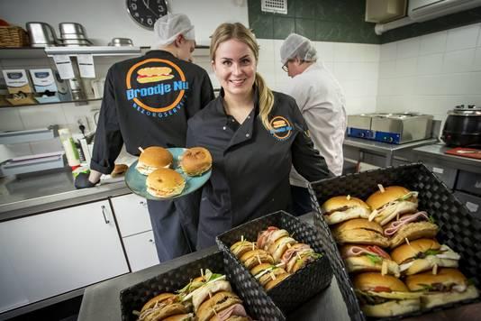Shirley Abbink heeft sinds een aantal weken de leiding in de broodjeszaak.