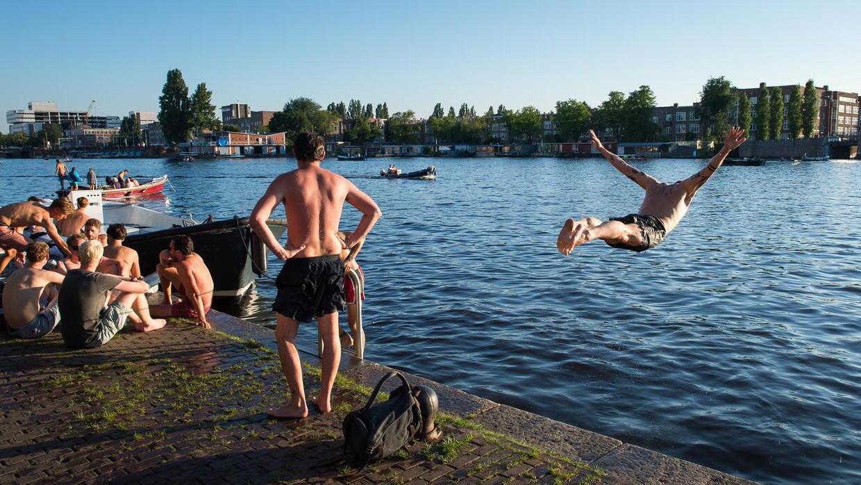 Voor een beetje afkoeling hoef je niet naar een zwembad: duik eens de Amstel in.