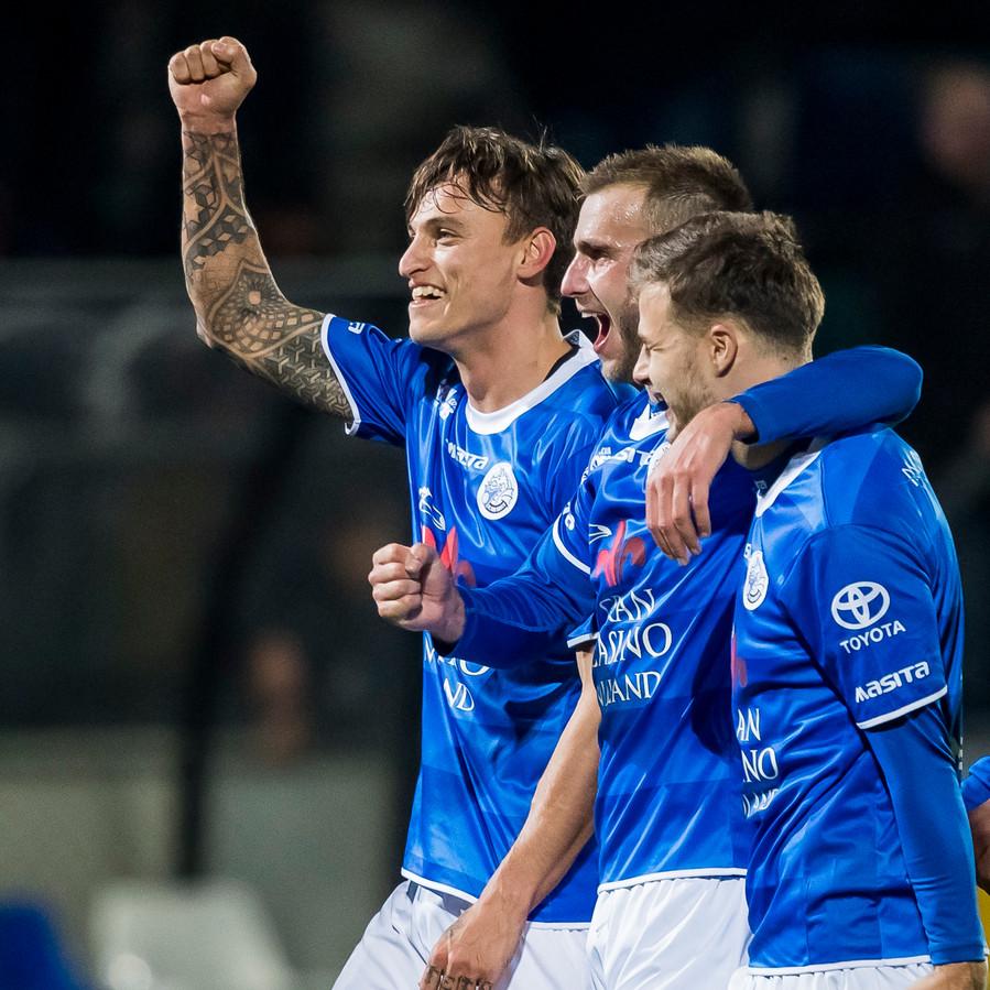 De spelers van FC Den Bosch vieren de overwinning op Twente uitbundig.