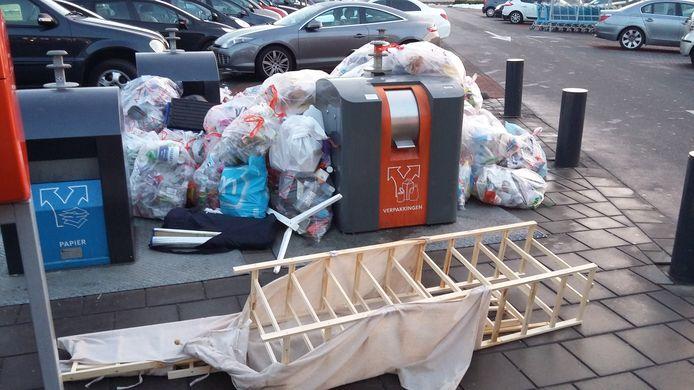 Afval bijplaatsingen bij milieuplein bij Mirocenter aan de Gronausestraat in Enschede. Diftar.
