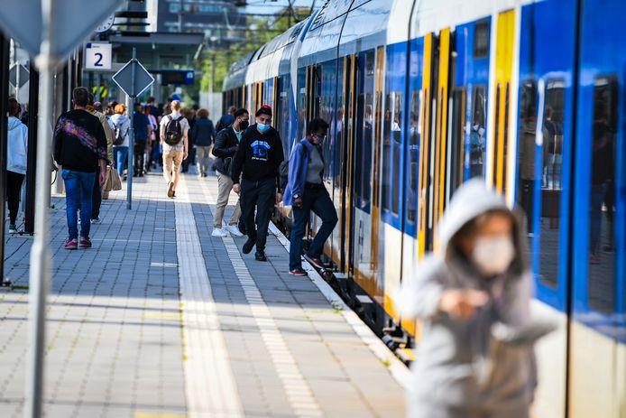 Tussen Leiden en Utrecht rijdt straks de hele dag elk kwartier een trein. Die stopt op station Alphen (foto).