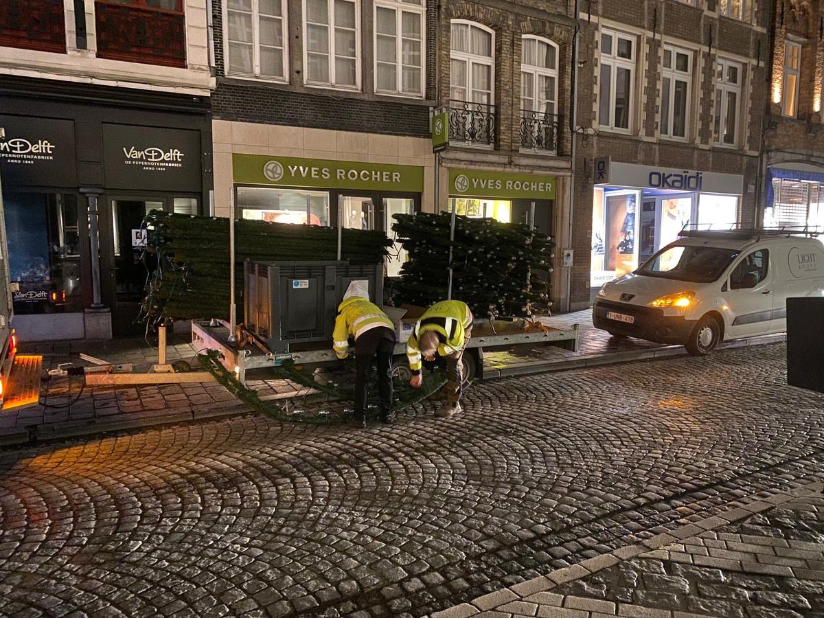 De kerstverlichting in Brugge krijgt vorm.