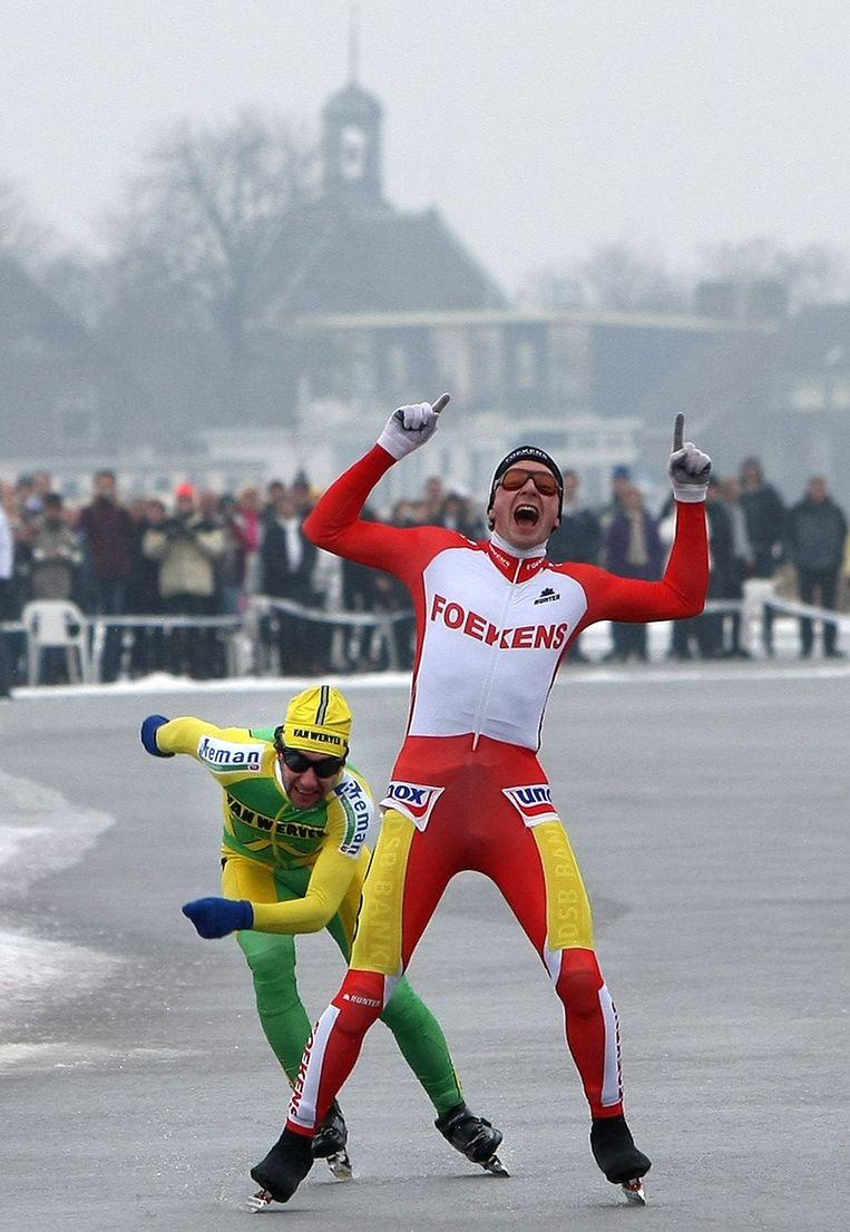 Peter van de Pol klopt op de finish Casper Helling bij de eerste editie van de Angenent Classic, in 2010. © ANP Beeld
