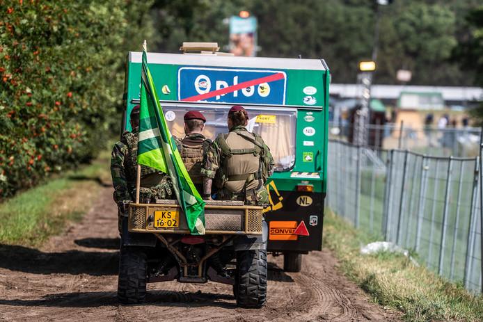 Soms moeten de militairen ook even wachten op de Caravan uit Oploo.